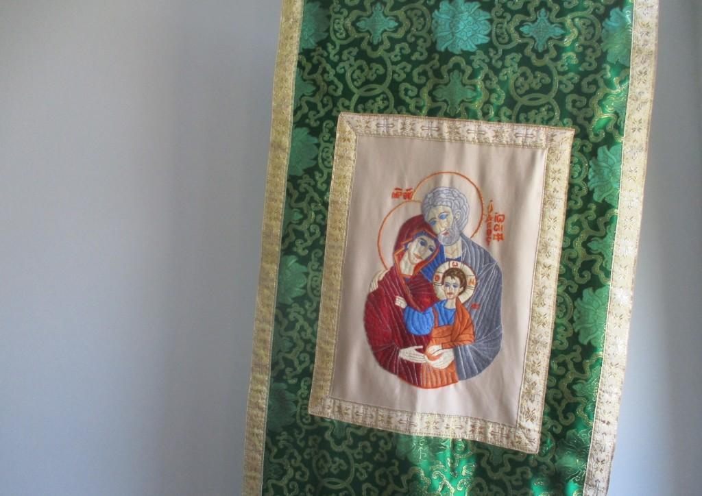 Rucno-izvezena-ikona-Svete-Obitelji-na-zastavi-koja-će-biti-posvecena-9-rujna-2017