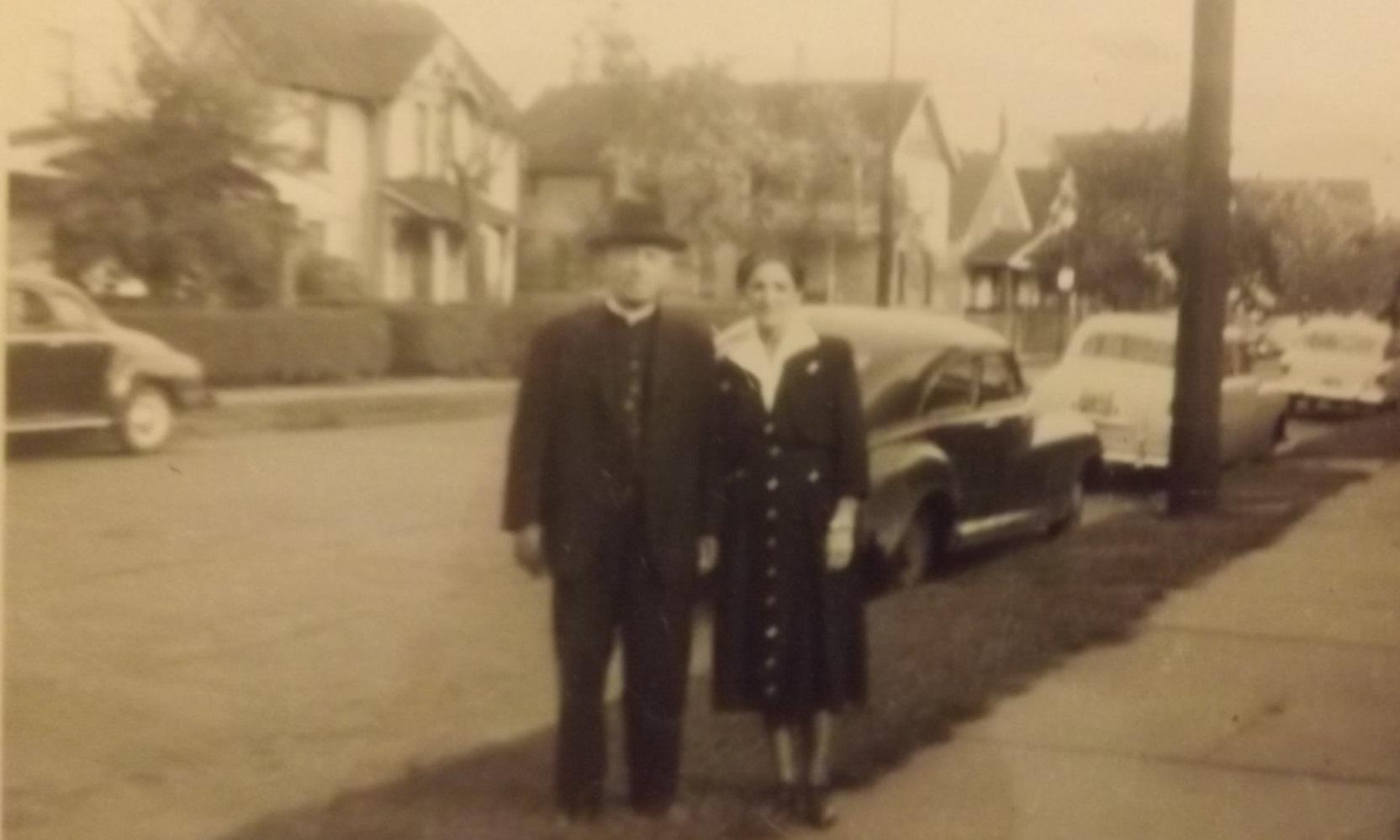 Svećenik-Ilija-Severovic-sa-suprugom-u-Clevelandu-1952