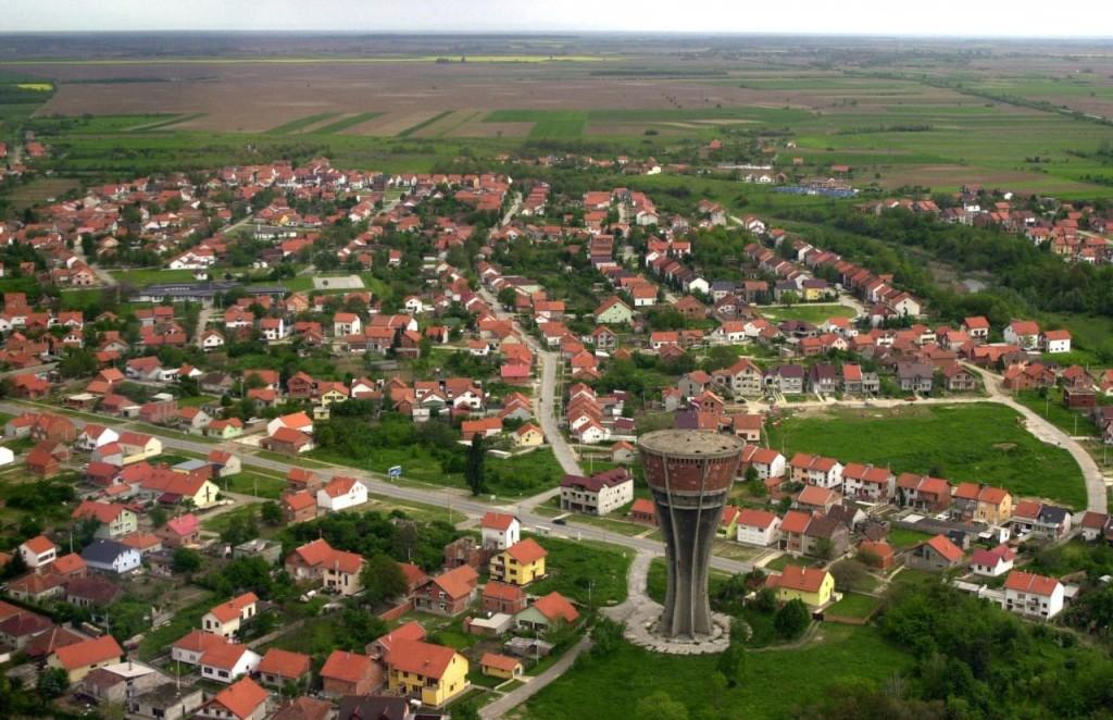 25. 05. 2004., Vukovar - Panoramom dominira Vodotoranj. U 100 dana opsade grada u borbama su poginula 173 branitelja, a nakon ulaska paravojnih postrojbi i JNA pobijeno ih je vise od 700. Bitka za Vukovar, masakr koji je uslijedio i golgota koju su prosli njegovi branitelji i stanovnici, jedna je od najvecih i najvaznijih odrednica Domovinskog rata. 18. 11. 1991. pao je Vukovar, a 18. studenog obiljezava se kao Dan sjecanja na zrtve Vukovara.  Photo: Gordan Panic/Vecernji list