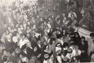 Mnoštvo-naroda-uz-lik-Gospe-hrvatskog-zavjeta-u-grkokatolickoj-katedrali-Presvete-Trojice-u-Krizevcima-1977.-godine-300x202